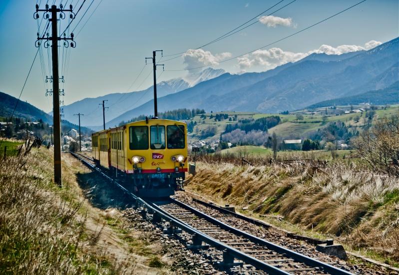 Os Pirineos e um Trem Amarelo. Miquel González on Flickr